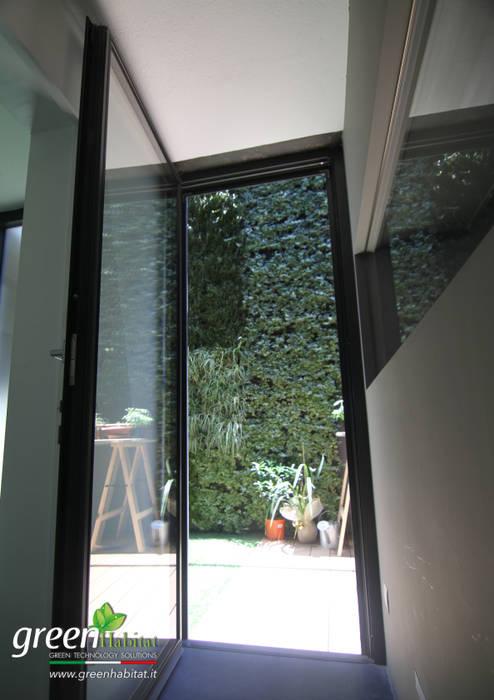VISTA GIARDINO VERTICALE DALLA CUCINA: Case in stile in stile Industriale di Green Habitat s.r.l.