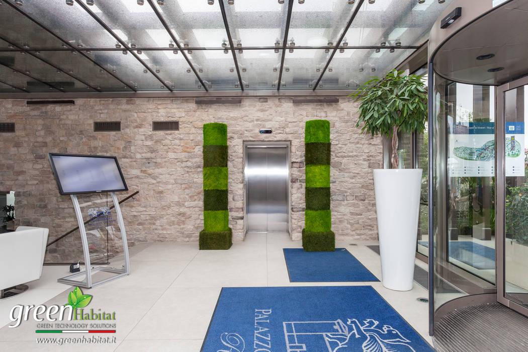 L'ingresso e il Ristorante con il nostro green desi: Ingresso & Corridoio in stile  di Green Habitat s.r.l.