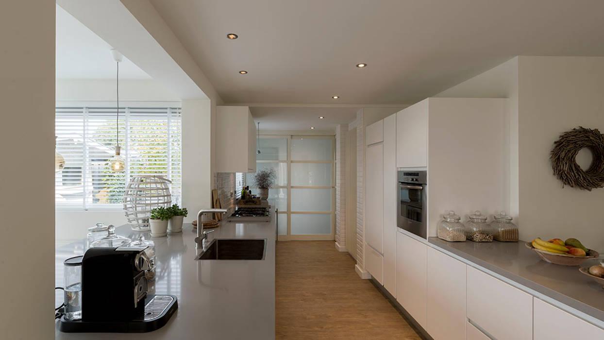 interieur woonhuis: moderne Keuken door CHORA architecten