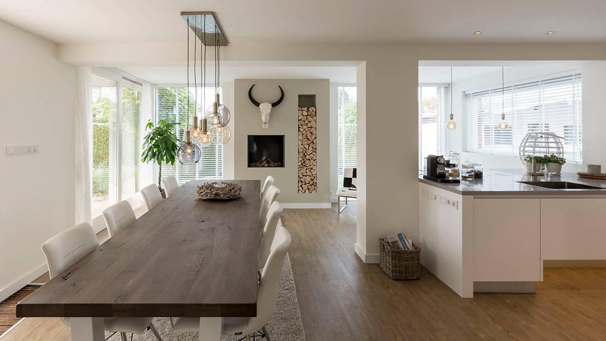 interieur woonhuis:  Eetkamer door CHORA architecten