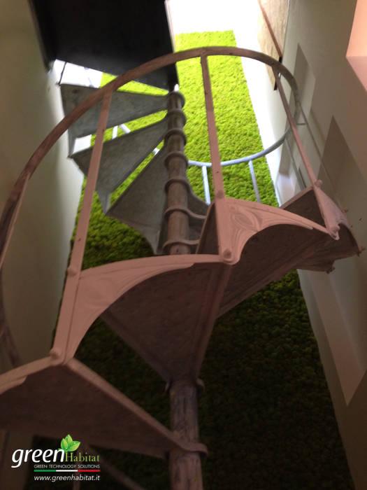 GIARDINO VERTICALE SU MISURA: Scale in stile  di Green Habitat s.r.l.