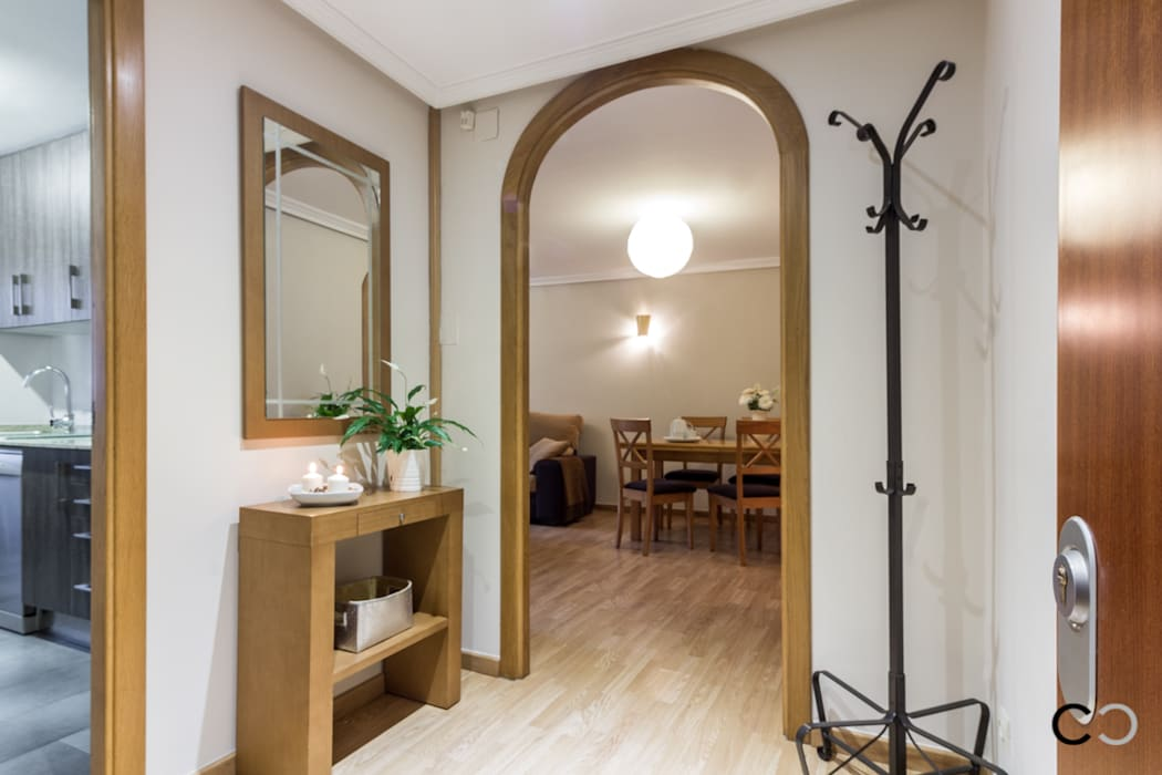 RECIBIDOR Pasillos, vestíbulos y escaleras de estilo moderno de CCVO Design and Staging Moderno