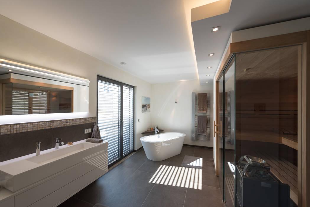 Braun: badezimmer von grotegut architekten ,modern   homify