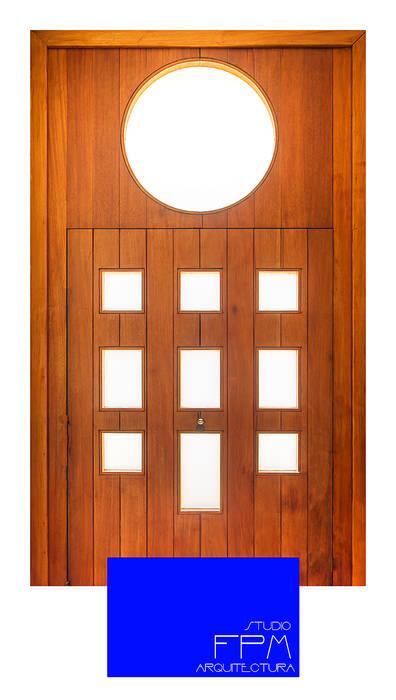 Angel House: Puertas de estilo  de FPM Arquitectura