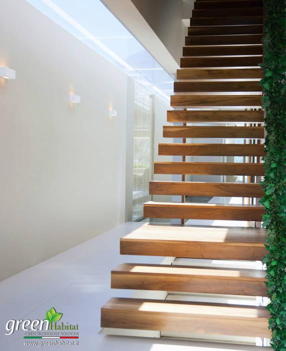FIANCO SCALA CON VEGETAZIONE: Scale in stile  di Green Habitat s.r.l.