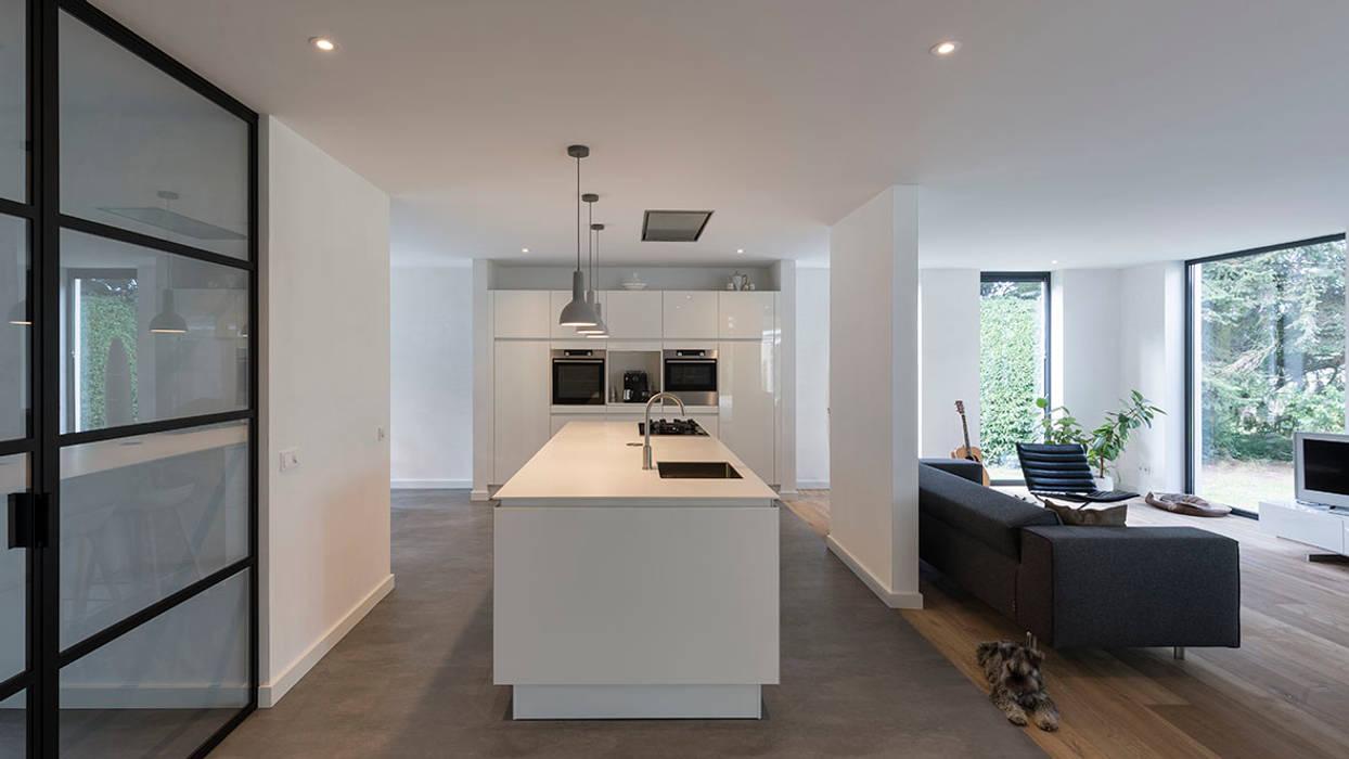 eigentijdse villa:  Keuken door CHORA architecten