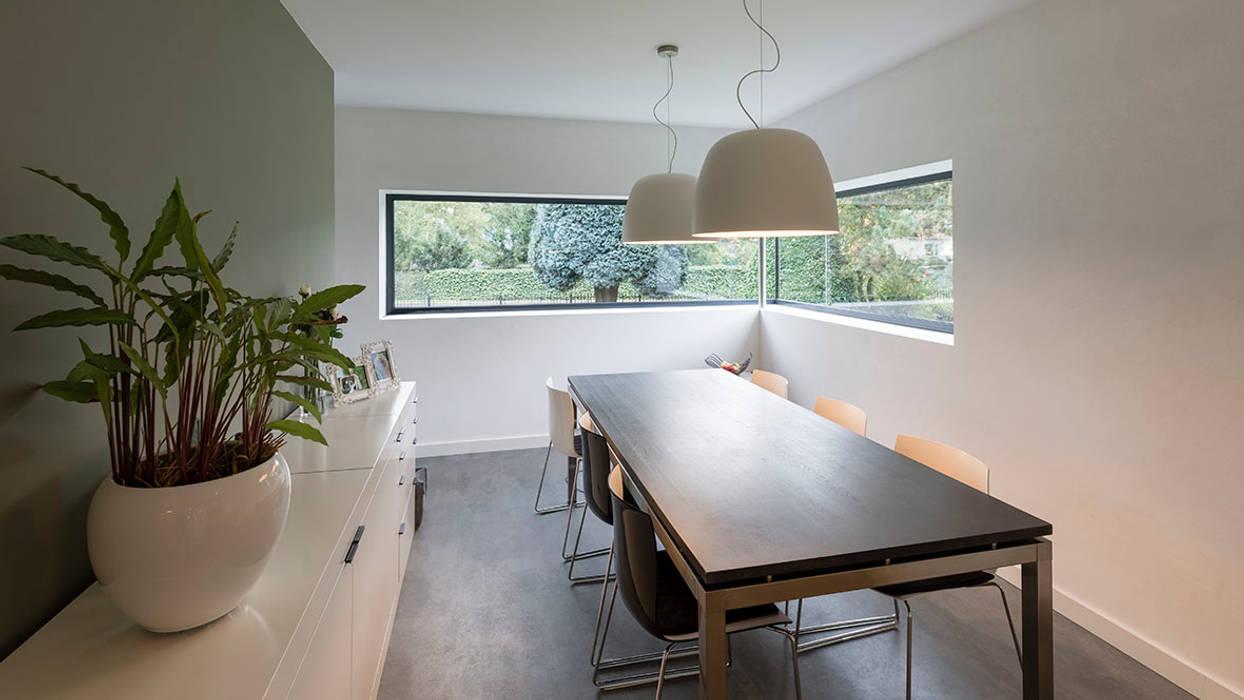 eigentijdse villa:  Eetkamer door CHORA architecten