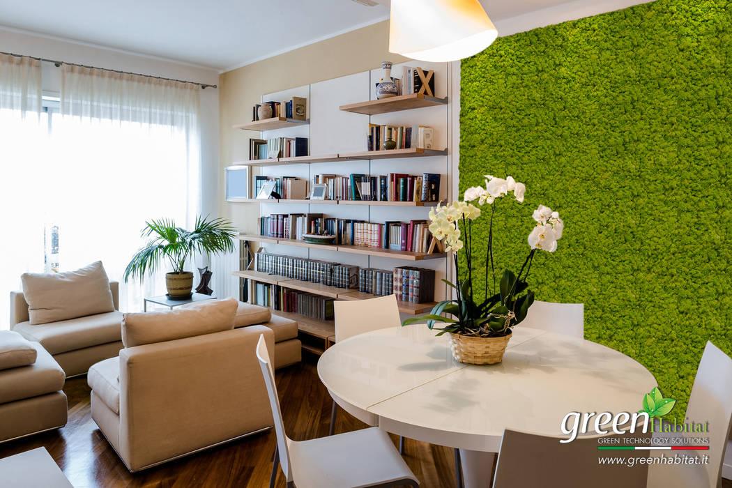 RIVESTIMENTO PARETE SOGGIORNO IN LICHENE : Soggiorno in stile in stile Moderno di Green Habitat s.r.l.