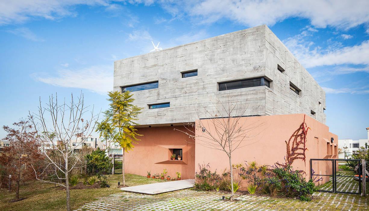 Casas unifamiliares de estilo  por Speziale Linares arquitectos, Moderno
