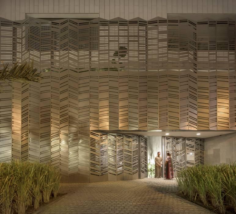 Detalle de fachada principal de vivienda unifamiliar en chapa de auminio y cerámica: Casas unifamilares de estilo  de AGi architects