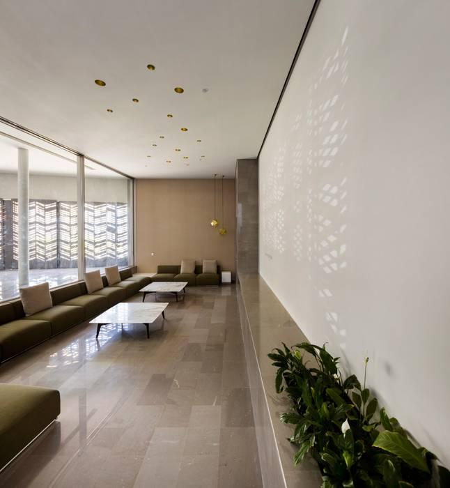 Salón invitados: Salones de estilo  de AGi architects