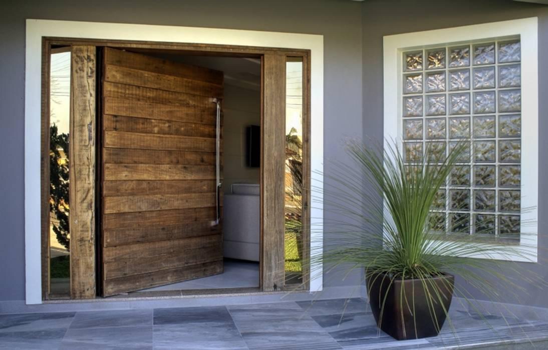 Puertas de madera de estilo  por Maciel e Maira Arquitetos,