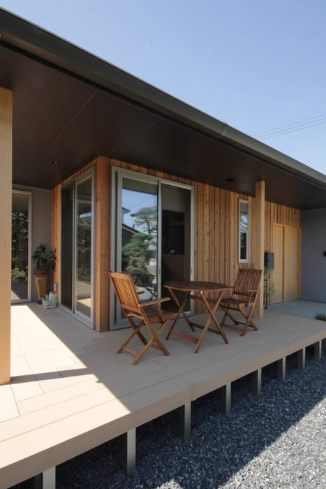 外観 コロニアルな 家 の 塚野建築設計事務所 コロニアル 木 木目調