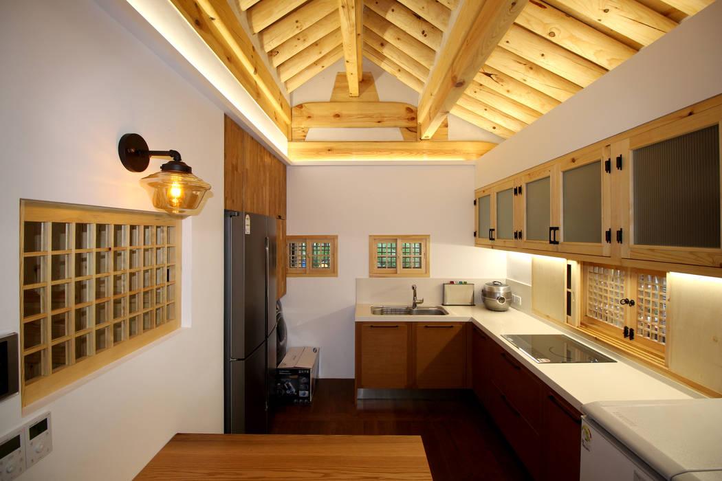 4인 가족을 위한 2층 현대 한옥: 디자인 스루딥의  주방,한옥