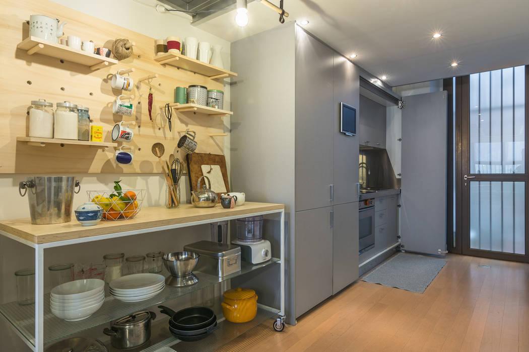 La cucina: Cucina attrezzata in stile  di ZEROPXL | Fotografia di interni e immobili