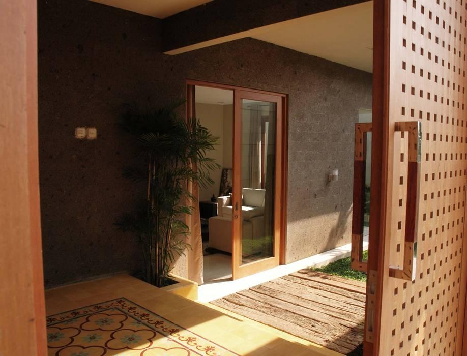 Residential_Landed_Semi-Detached House Balkon, Beranda & Teras Tropis Oleh daksaja architects and planners Tropis