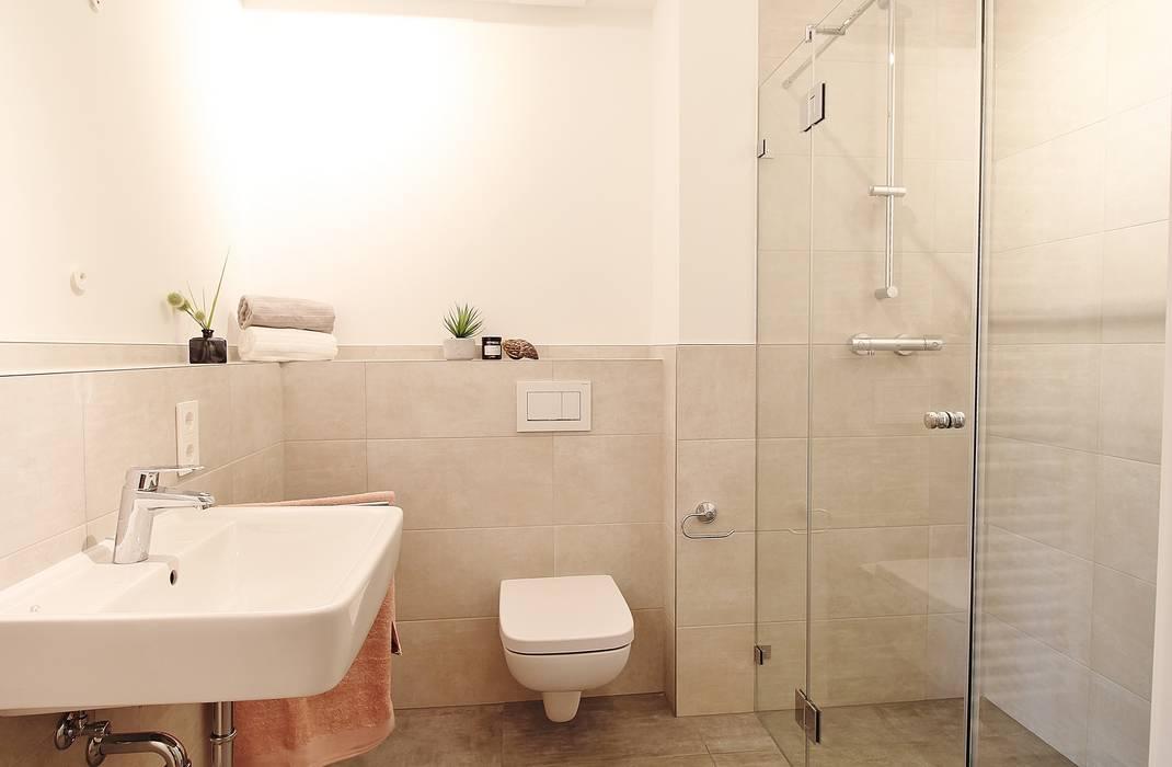 Gästebad mit Dusche:  Badezimmer von Nicole Schütz Home Staging