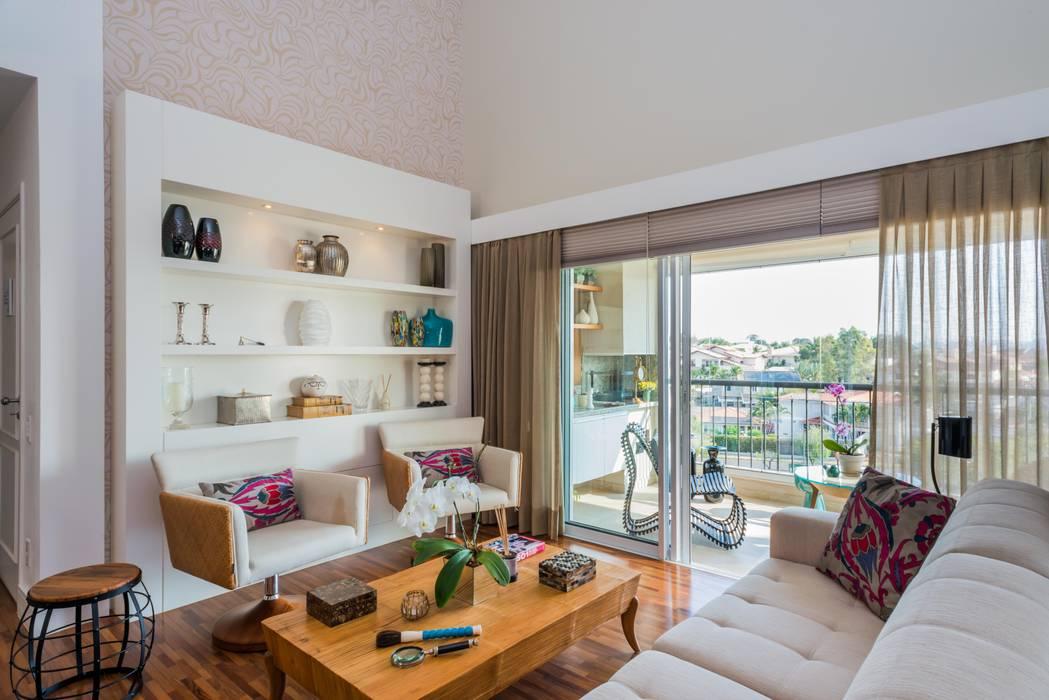 PROJETOS DE INTERIORES RESIDENCIAIS: Salas de estar modernas por okna arquitetura