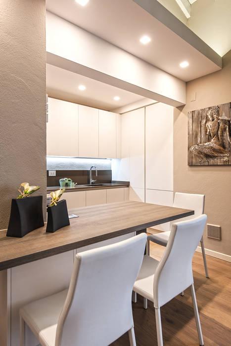 COLORI CHE SCALDANO IL CUORE: Cucina attrezzata in stile  di Studio Moltrasio - Zero4 Snc