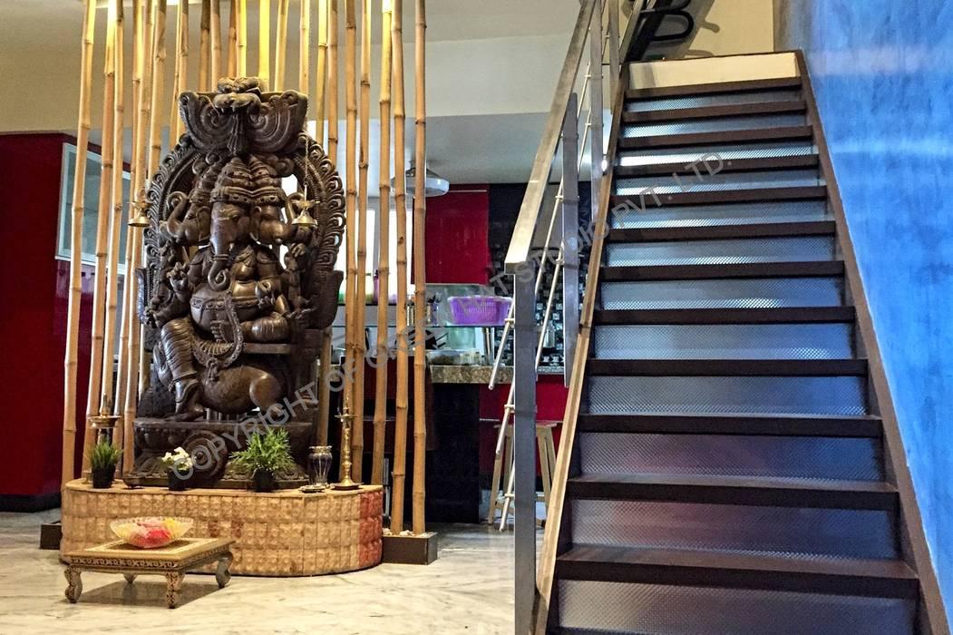 Couloir, entrée, escaliers rustiques par GREEN HAT STUDIO PVT LTD Rustique