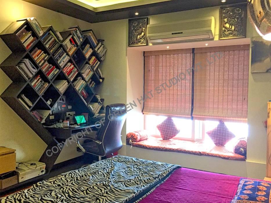 Dormitorios de estilo  de GREEN HAT STUDIO PVT LTD, Rústico