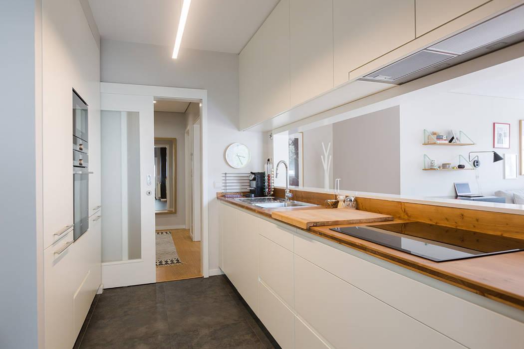 Apartamento Contemporâneo - T4 com cozinha aberta para a sala - PORTO: Armários de cozinha  por SHI Studio, Sheila Moura Azevedo Interior Design,Escandinavo