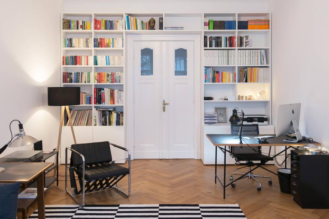 GANTZ - Bücherregal nach Maß um Tür : modern  von GANTZ - Regale und Einbauschränke nach Maß,Modern Holzwerkstoff Transparent