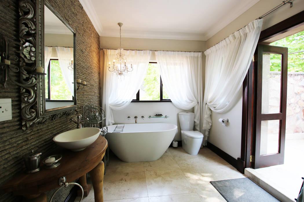 Badezimmer im Landhausstil von JSD Interiors Landhaus Kalkstein