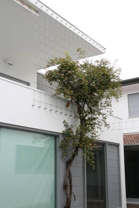 Fronte Strada: Casa unifamiliare in stile  di Massimo Berto Architetto