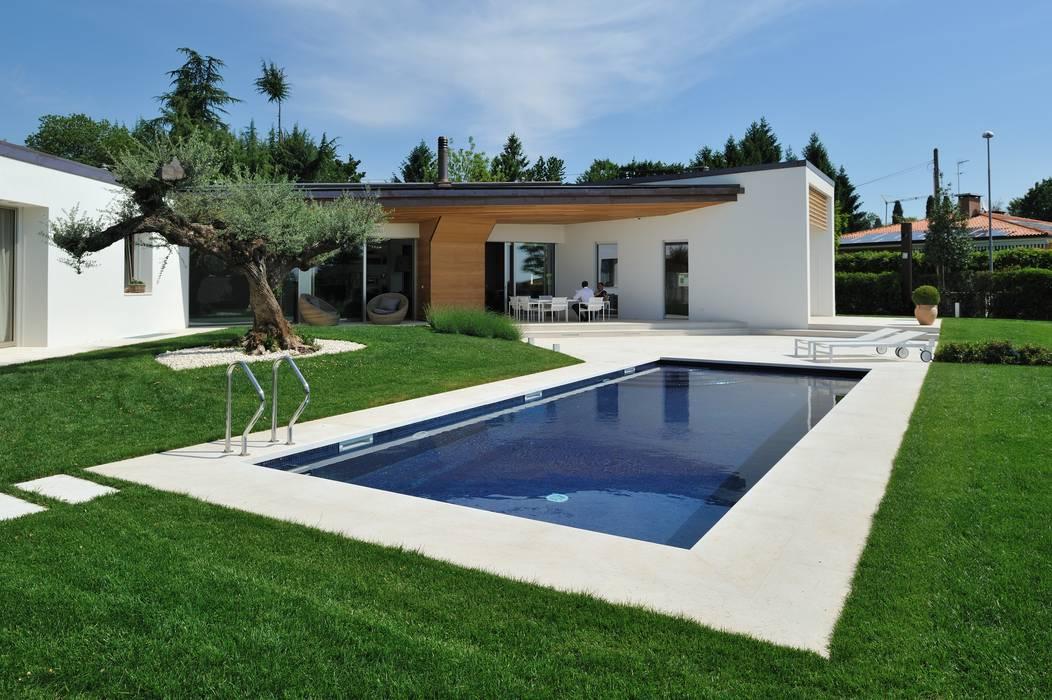Stile moderno per una villa in legno: Casa unifamiliare in stile  di Woodbau Srl
