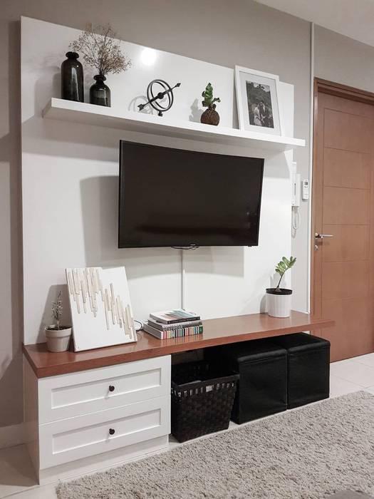 Televisi Gantung:  Ruang Keluarga by FIANO INTERIOR