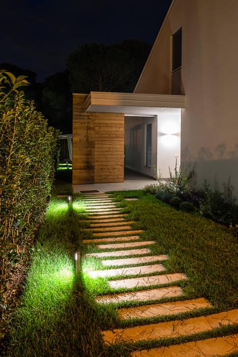 Villa al mare: Ingresso & Corridoio in stile  di Woodbau Srl