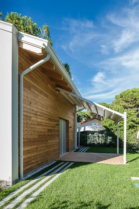 Villa al mare: Casa di legno in stile  di Woodbau Srl