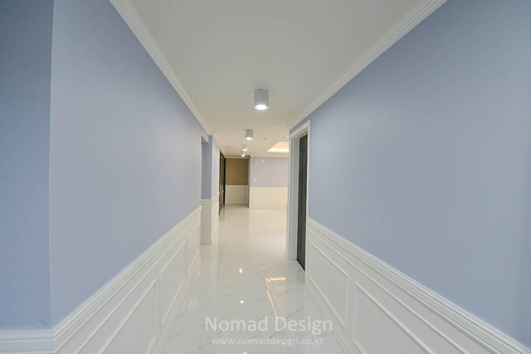 homify Corredores, halls e escadas clássicos