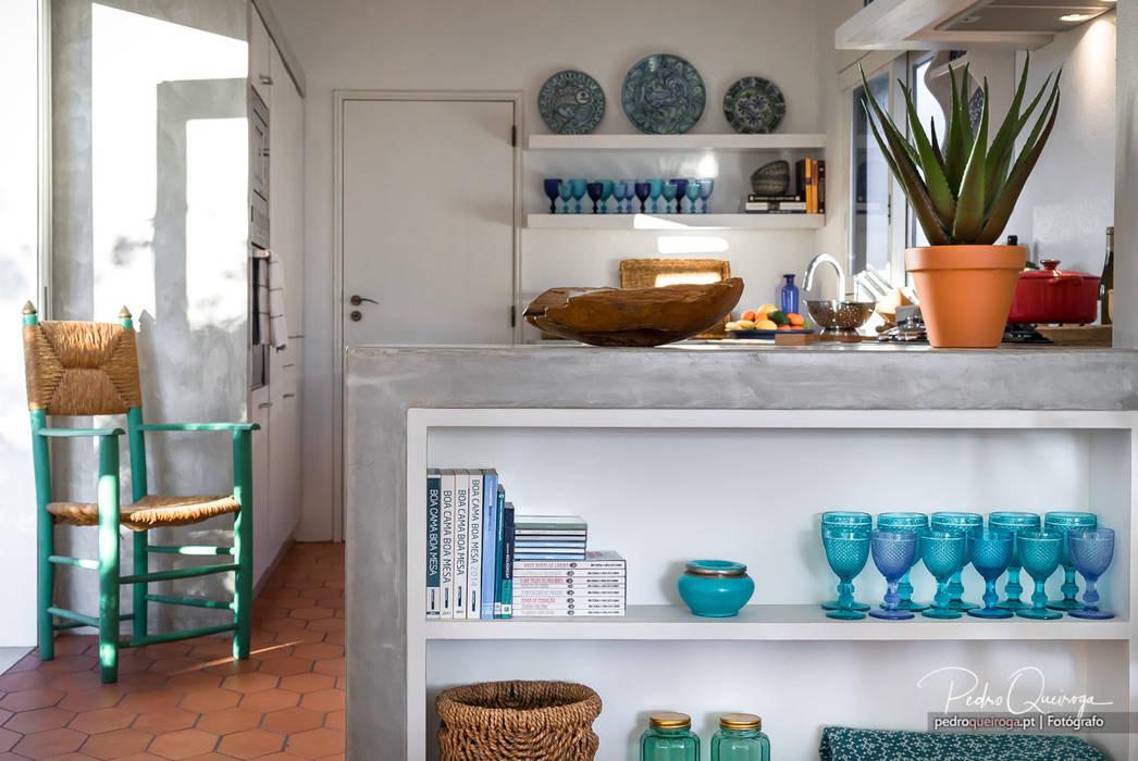 Estante Exterior à Cozinha: Cozinha  por Pedro Queiroga   Fotógrafo