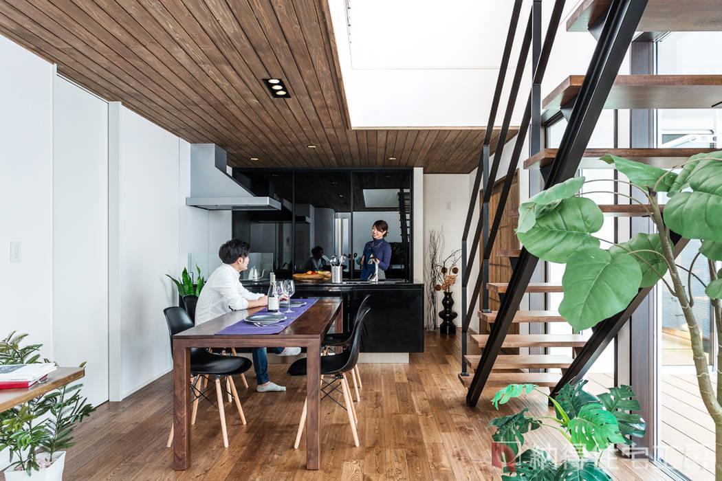 素材に住まう。色×形×素材を遊ぶ、おしゃれモダンな家。: 納得住宅工房株式会社 Nattoku Jutaku Kobo.,Co.Ltd.が手掛けたダイニングです。,