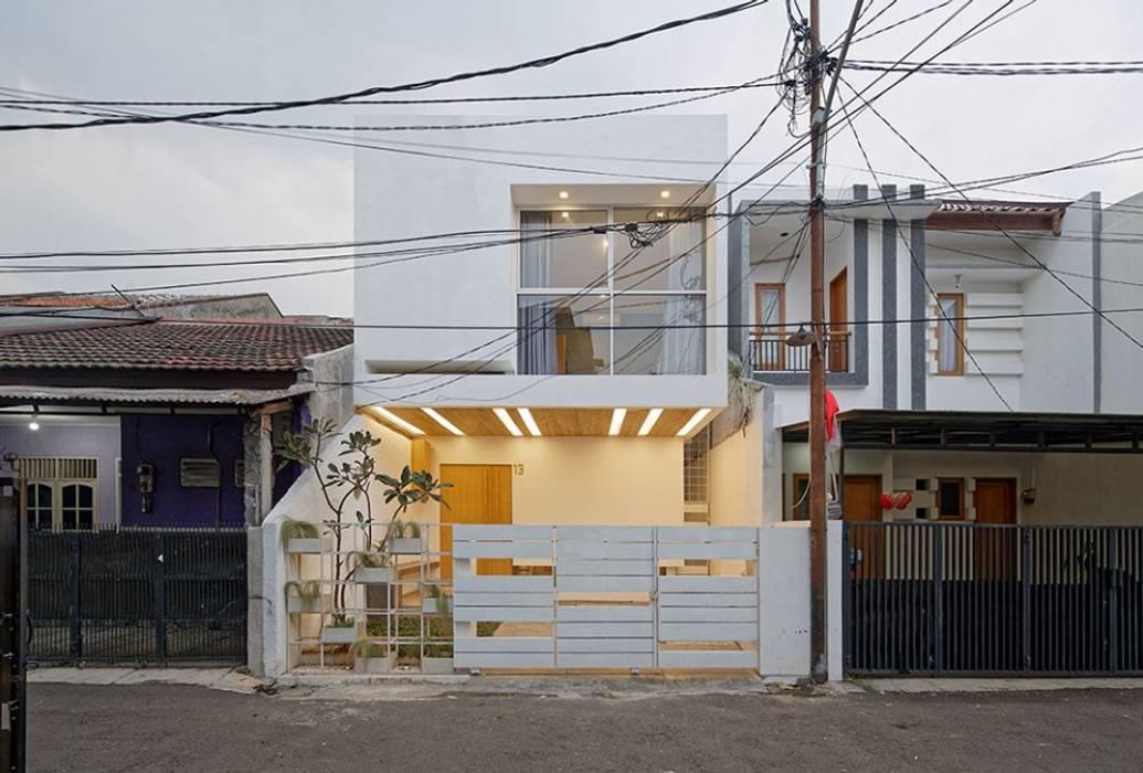 Ngôi nhà phố với gam màu trắng nổi bật này nằm trên một con ngõ nhỏ. bởi Công ty TNHH TK XD Song Phát Châu Á Đồng / Đồng / Đồng thau