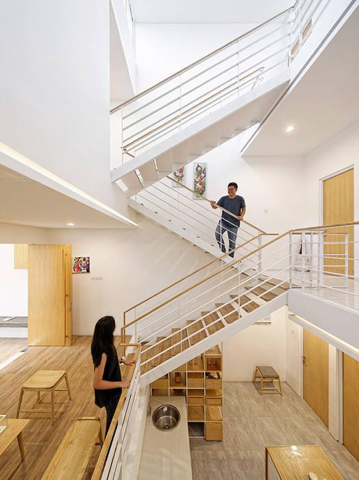 Không gian được KTS phần chia theo từng phần với từng chức năng riêng biệt.:  Cầu thang by Công ty TNHH TK XD Song Phát