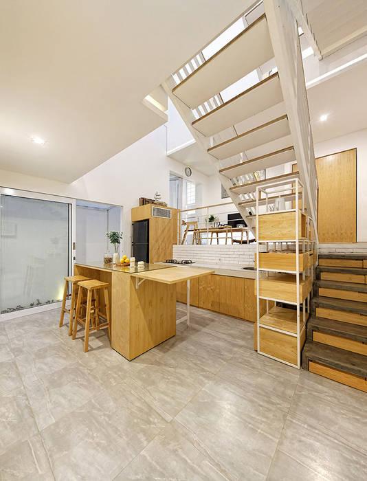 KTS đã thiết kế cho 1 nửa tầng nằm dưới lòng đất.:  Phòng ăn by Công ty TNHH Thiết Kế Xây Dựng Song Phát