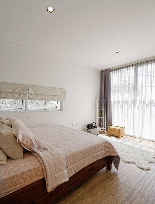 Sự có mặt của vật liệu kính trong các không gian của ngôi nhà.:  Phòng ngủ by Công ty TNHH TK XD Song Phát