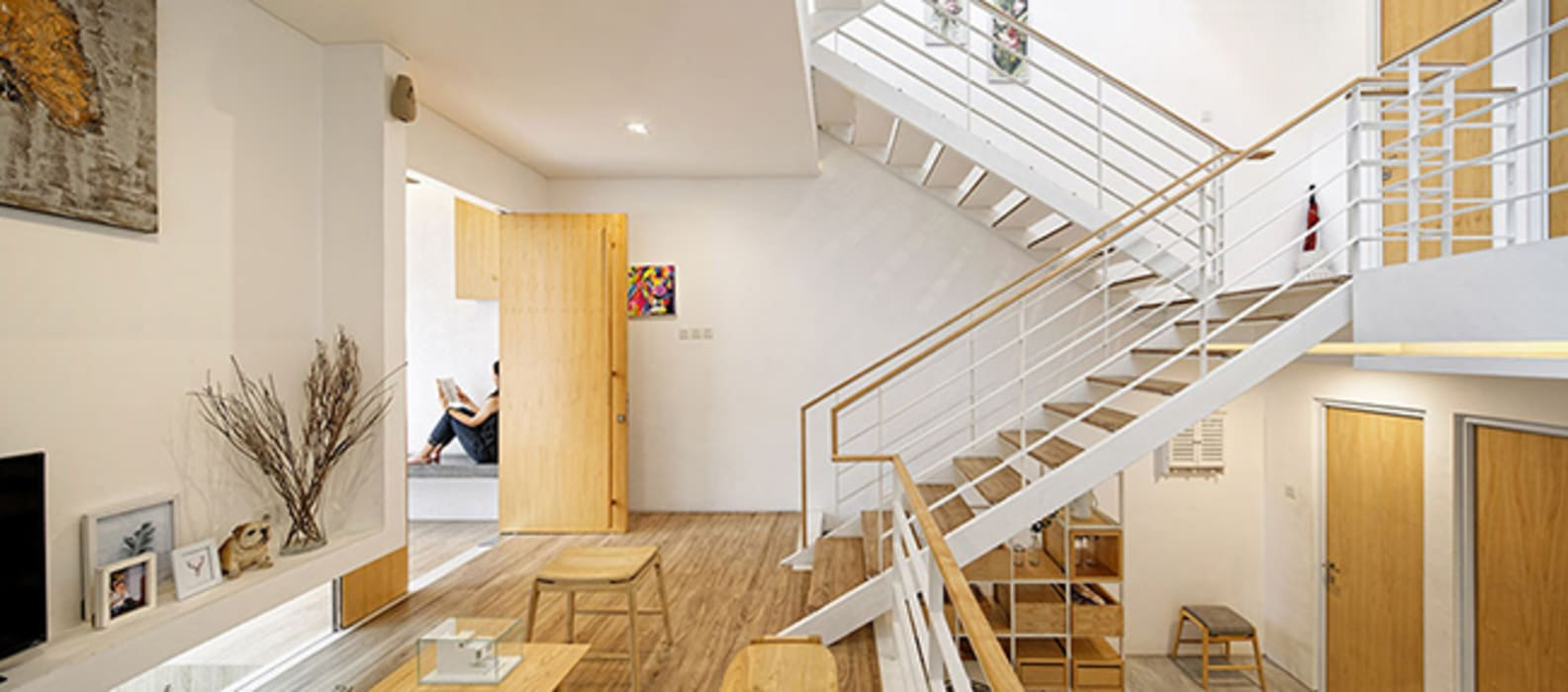 Không gian thoáng rộng và tiện ích vô cùng với kiểu thiết kế thông minh.:  Cầu thang by Công ty TNHH TK XD Song Phát