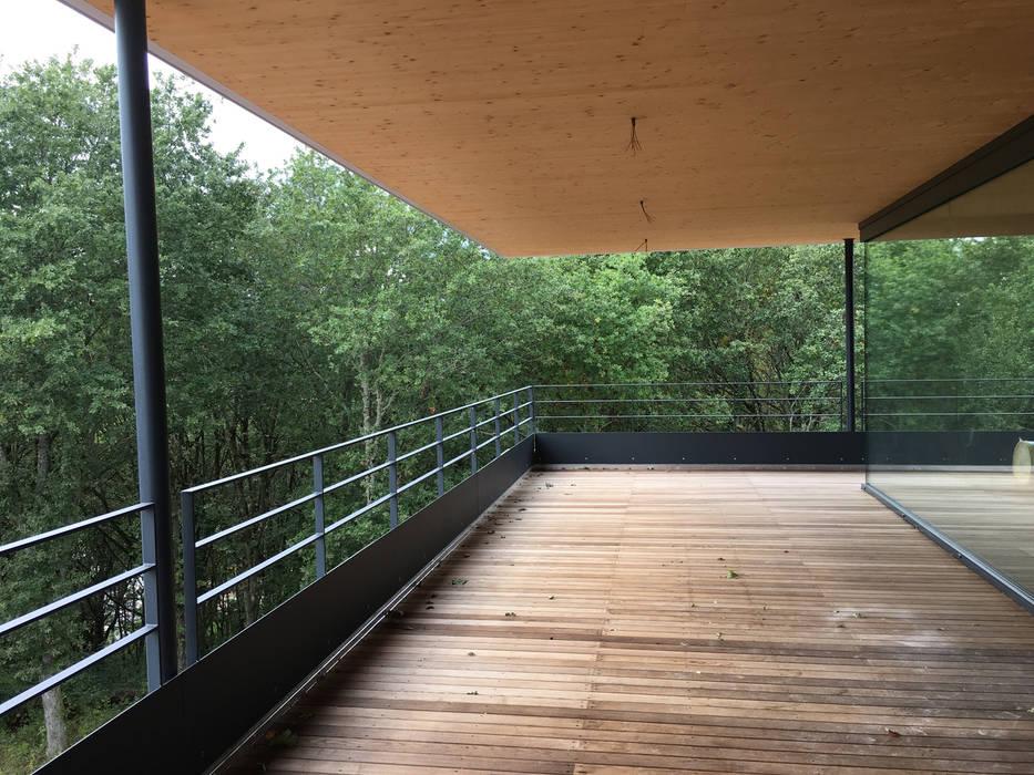 la terrasse suspendue et en porte à faux: Terrasse de style  par BIOVILLA, Minimaliste