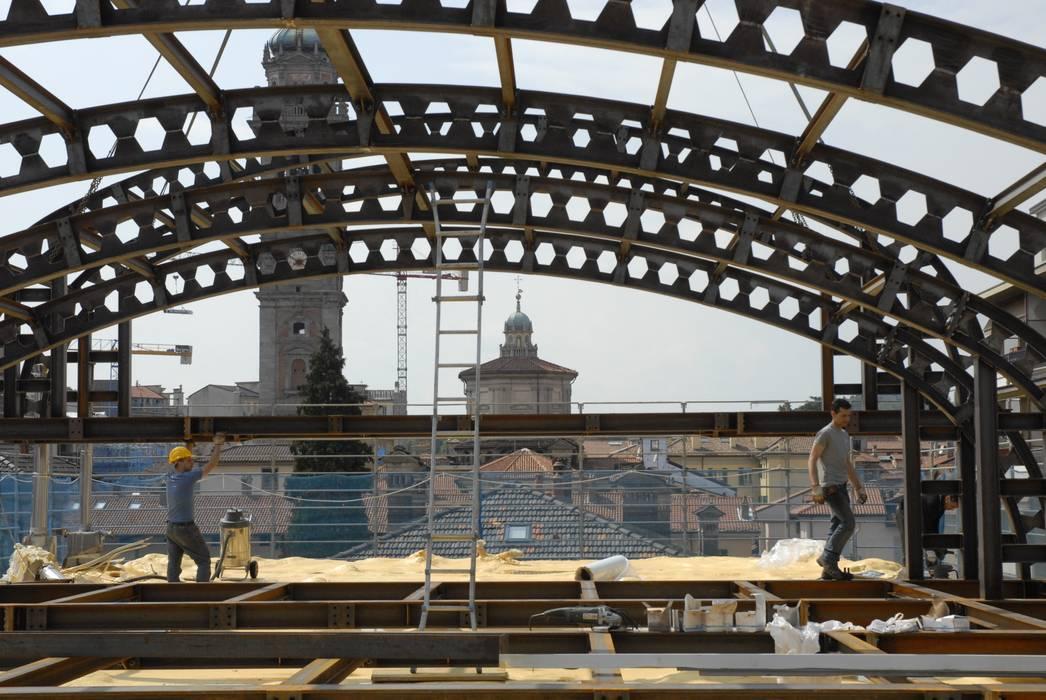 COMO 10: Tetto in stile  di Enzo Cantoni Architetto,