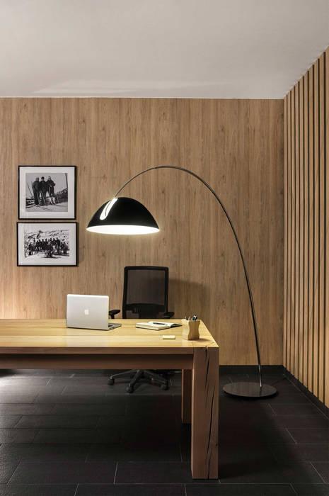 Lámpara de pie en forma de arco: Hogar de estilo  de Luxiform Iluminación
