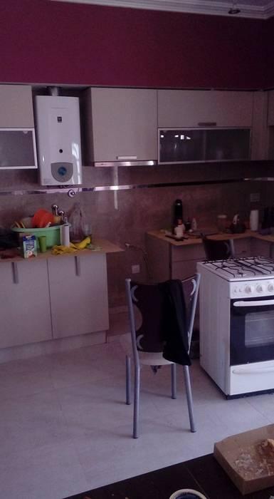 Colocación de cerámicas en una cocina : Cocinas de estilo  por Priscila Construcciones