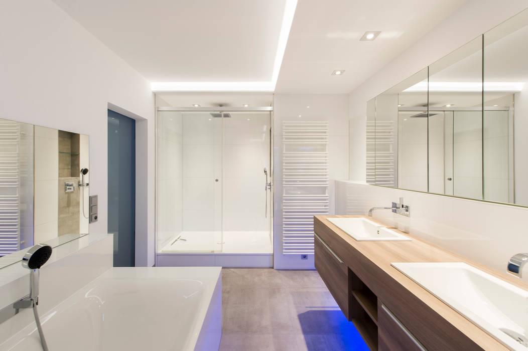 Bad en suite : badezimmer von innenarchitekturbüro jürgen lübcke ...