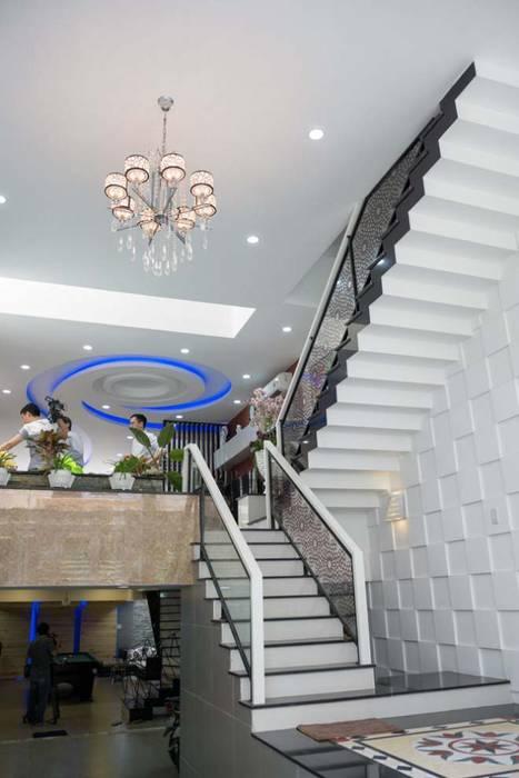 Không gian mở giữa phòng khách và bếp ăn:  Cầu thang by Công ty TNHH Xây Dựng TM – DV Song Phát