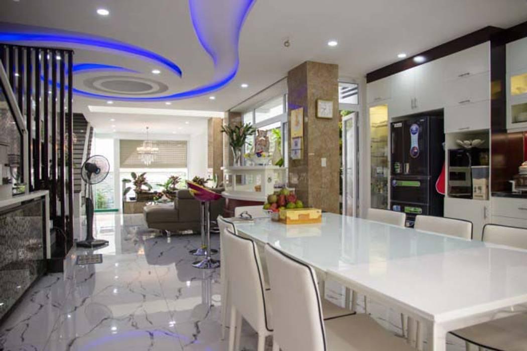 Không gian mở giữa phòng khách và bếp ăn:  Phòng ăn by Công ty TNHH Xây Dựng TM – DV Song Phát