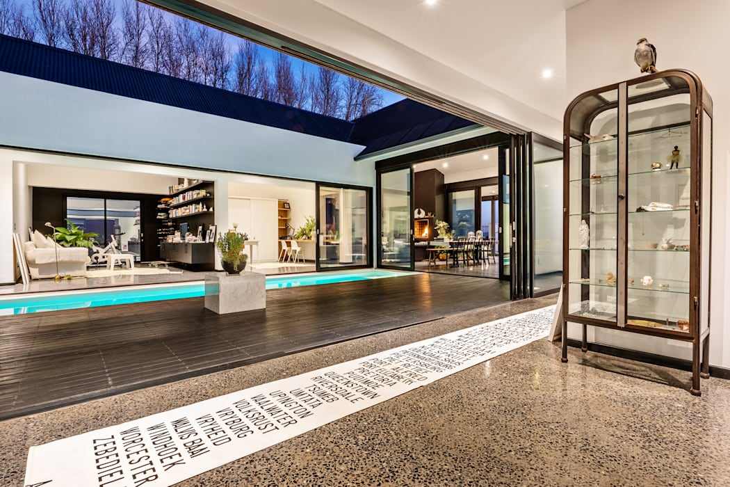 House Viljoen, corridor and courtyard :  Corridor & hallway by Hugo Hamity Architects , Modern Concrete