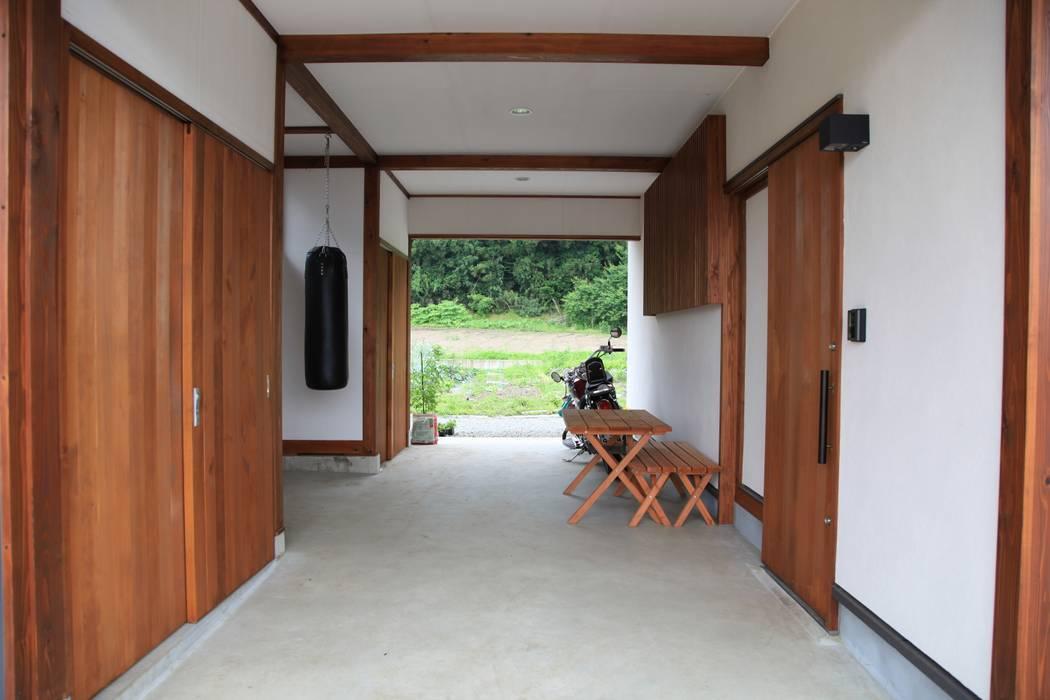 Garajes de estilo  por 田村建築設計工房